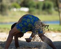 Изкопаване на посадна дупка в пясък - ръчно
