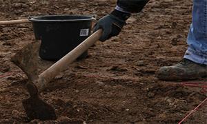 начало на ръчно изкопаване на дупка