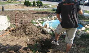 ръчно изкопаване на посадна дупка (снимка Лукс Гарден ООД)