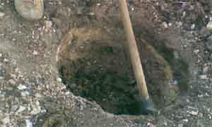 изкопаване на дупка с кирка (снимка Лукс Гарден ООД)
