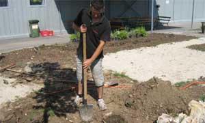 Прекопаване ръчно на градина с права лопата (снимка Лукс Гарден ООД)