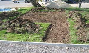 Изкопаване на легло за изграждане на площадка (снимка Лукс Гарден ООД)