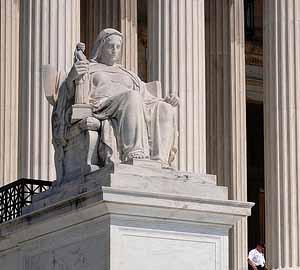 Статуя пред американски съд